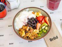 Granola casera, yogurt natural, frutas frescas y compota de frutos rojos