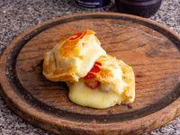 Empanada de queso, salchicha y mostaza
