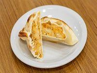 Empanada de calabaza, muzzarella y queso parmesano