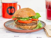 Hamburguesa vegana Grongon, zanahoria especiada, tomate, lechuga, pande maíz morado