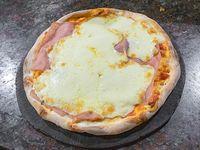 Pizza muzzarella con jamón