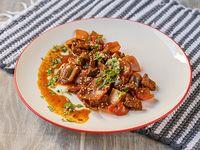 Carne salteada con vegetales con guarnición, solo efectivo