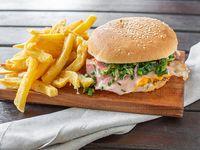 Sándwich con bacon con papas fritas