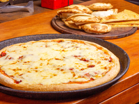 Pizza gigante de muzzarella + 6 empanadas de carne + 6 empanadas de  jamón y queso  + 4 faina