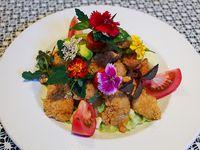 Ensalada de pollo y camarones crocantes