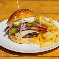 Burger belfast bacon con papas fritas
