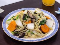 Verdura china con hongos y bambú