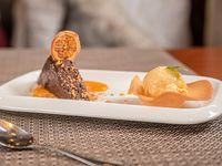 Marquise de chocolate con salsa de damascos y helado de crema