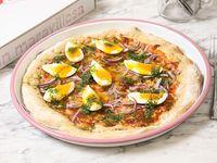 Pizza con queso, huevo mole, cebolla colorada y perejil fresco, aceite, sal y pimienta negra
