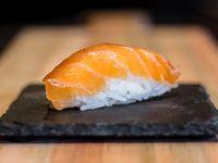 Niguiri de salmón coronado con queso phila y verdeo
