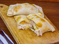 Empanada de polo, choclo y queso (17 cm)