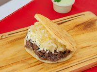 Arepa de carne, queso y cebolla caramelizada