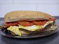 Sándwich de milanesa con tomate y huevo