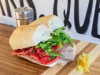 Sándwich en marraqueta, de lomito con dos agregados