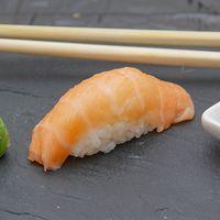 Niguiri de salmón rosado (unidad)
