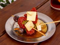 Pincho de tomate seco, queso tybo, aceituna y cebollín (3 unidades)