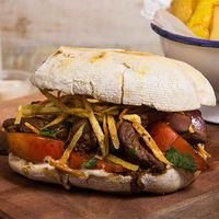 Almuerzo a $4000 - Sándwich de lomo salteado