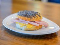 Sándwich de lomito ahumado y queso cheddar