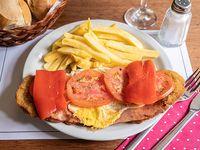 Milanesa con panceta, queso y tomate