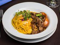 Spaghetti huancaína con lomo saltado