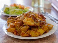 Menú 1 - Papas doradas + pollo asado + pan + mayonesa casera + ensalada + cubiertos + postre + bebida 250 ml