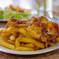 Menú 4 - Pollo asado con papas fritas + ensalada + mayonesa casera + postre + bebida 250 ml