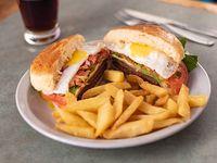 Sándwich de hamburguesa con papas fritas