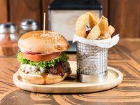 Sándwich de hamburguesa de la casa+ Papas Fritas Rústicas