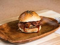 Burger baby (200 gr de carne, panceta, BBQ y salsa caracas) con papas fritas