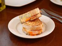 Sánwich de queso cheddar y lomito canadiense