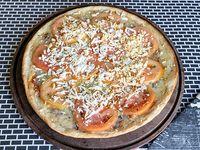Pizza con tomate y huevo