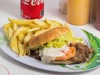 Combo - Sándwich de carne mechada + papas fritas + bebida 350 ml