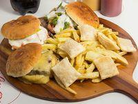 Combo - 3 churrascos + papas fritas grandes + 6 empanadas de queso + 1 bebida Coca Cola 1.5 L
