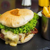 Hamburguesa de queso y champignon con papas fritas