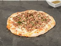 Pizza de cordero desmechado cocido en finas hierbas y sales