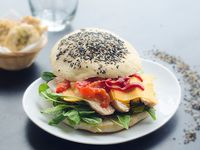 Sándwich pollo. Morrón asado y panceta