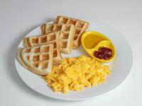 N#1 : wafle con huevos revueltos(2), sirope y/o mantequilla, más bebida