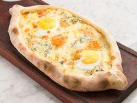 Khachapuri cuatro quesos con huevo (comen 2)
