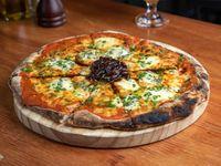 Pizza muzzarella con queso azul y mermelada de cebolla al tanat