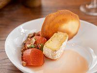 Membrillos en almibar, queso camembert y almendras