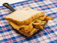 Sándwich con lonjas de pollo rebozadas