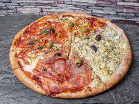 Promo 2 - Pizza gigante (1/4 mozzarella, 1/4 napolitana, 1/4 fugazzeta y 1/4 con jamón)
