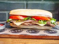 Sándwich de churrasquito con jamón, queso, lechuga y tomate