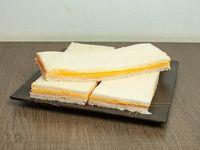 Sándwiches de pernil y crema cheddar