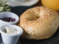 Bagel o Croissant Snack con Mermelada de Frutos Rojos