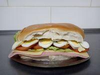 Pebete de jamón cocido, queso, lechuga, tomate y huevo