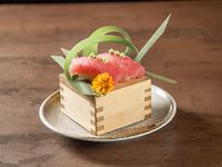 Nigiri tuna + edamame cream (2 piezas)