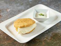 Arepa de chicharrón con queso blanco