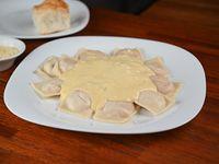 Ravioles de jamón y queso con salsa a elección