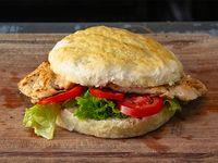 Sándwich de 1/4 de pollo con lechuga y tomate